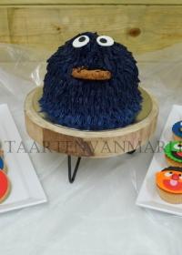 Cookie monster met cupcakes en koekjes