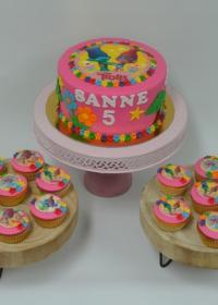 Taart met passende cupcakes