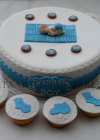 taart met baby en cupcakes