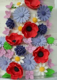 Bruidstaart met veldbloemen