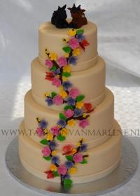 bruidstaart met voorjaarsbloemen