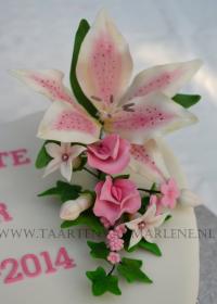bruidstaart hartvormig met bloemstuk