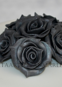 Witte bruidstaart met antraciet rozen en passende cupcakes