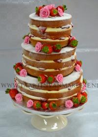 Naked cake met vers fruit en fondant rozen