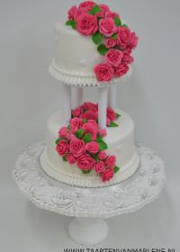 taart op pilaren en rozen