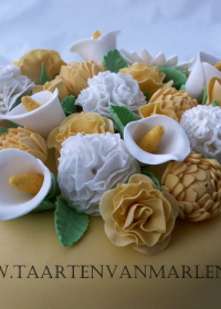 Bruidstaart met bloemstukje
