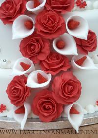 bruidstaart met callas en rozen