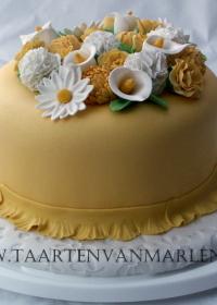 bloemen op taart