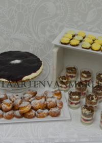 Sweet-table met soesjes, taart. lepelgebakjes, petit fours en gevuld met Mon chou, mascarpone, fruit en veel meer.